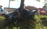 Carro bate em árvore e deixa um morto e feridos em Penedo, AL