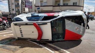 Jovem estreia CNH batendo carro em veículo da PM no interior de SP.