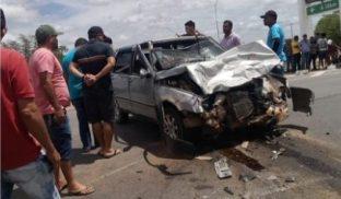 Colisão entre carros deixa duas pessoas feridas na AL-220
