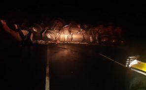 Carreta com carga de vidro tomba na BR-101, em Teotônio Vilela
