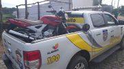BPTran encontra moto roubada abandonada em mata de Maceió