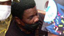 Neguinho da Beija-Flor é amparado no enterro do neto: 'Era um menino bom'