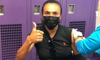 Alagoana Marta recebe primeira dose de vacina contra Covid-19 nos Estados Unidos