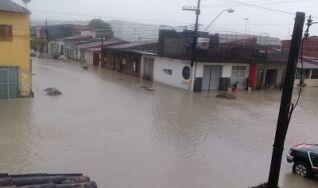Chuva alaga ruas, provoca deslizamentos e danos em Maceió