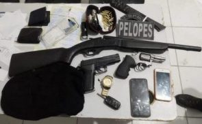 Três homens e uma mulher são presos com armas, munições e drogas em Arapiraca